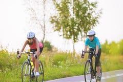 2 кавказских подруги ехать велосипеды Стоковое Изображение