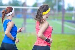 2 кавказских спортсмена спорта имея Jogging работают совместно Outdoors Стоковая Фотография RF