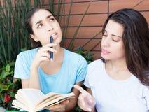 2 кавказских студентки уча с книгой Стоковое фото RF