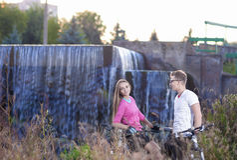 2 кавказских любовника с MTB Bicycles Outdoors Представлять против водопада Стоковые Фотографии RF