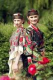 2 кавказских slavonic женщины в поле цветков Стоковые Изображения RF