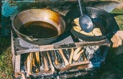 Кавказское блюдо haluz с мясом и сыром подготовлено в сковороде с кипя маслом стоковое изображение