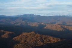 кавказское ясного дня highmountains гор России -го солнце в октябре Стоковые Изображения