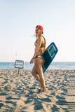 Кавказское kitesurfer женщины идя на пляж Стоковое Фото