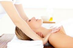 кавказско имеющ головных детенышей женщины массажа стоковое фото