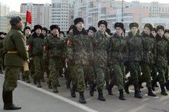 Кадеты корпуса кадета Москвы дипломатического подготавливают для парада 7-ое ноября на красной площади Стоковые Изображения