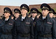 Кадеты полиции университета закона Москвы министерства внутренних дел России на церемониальном здании стоковые изображения rf