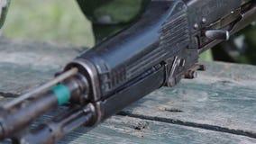 Кадет в камуфляжных формах собирает AK-47 Поезда солдата сток-видео