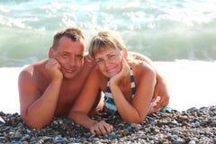 каек пар лож пляжа Стоковая Фотография