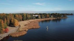 Каждая осень оно приходит, цвета и оно общий здесь в архипелаге Финляндии сток-видео