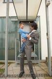 каждый отец смеясь над другим сынком Стоковые Изображения RF