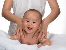 Массаж 2 младенца Стоковая Фотография