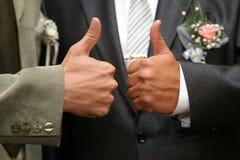 Каждая выставка жениха и невеста рук с большим пальцем руки вверх Стоковые Изображения RF