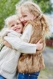 каждо девушки обнимая другие 2 Стоковое Изображение RF