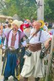 2 казака на ярмарке Все-украинца толпились с людьми Стоковое Изображение