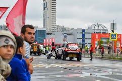 КАЗАНЬ, РОССИЯ - 9-ОЕ ИЮЛЯ 2016: Автомобили спорт перед началом первого специального этапа silk ралли 2016 пути, Стоковые Изображения