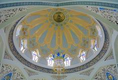 КАЗАНЬ, РОССИЯ - 25-ОЕ ИЮНЯ 2016: Интерьер купола мечети Kul Sharif, одной из самых больших мечетей в России Стоковые Фотографии RF