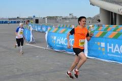 КАЗАНЬ, РОССИЯ - 15-ОЕ МАЯ 2016: марафонцы на финишной черте после 42 0,85 km Стоковое фото RF