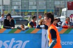 КАЗАНЬ, РОССИЯ - 15-ОЕ МАЯ 2016: марафонцы на финишной черте после 42 0,85 km Стоковые Фото
