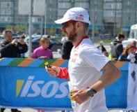 КАЗАНЬ, РОССИЯ - 15-ОЕ МАЯ 2016: марафонцы на финишной черте после 42 0,85 km Стоковое Фото