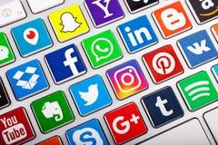 КАЗАНЬ, РОССИЯ - 20-ОЕ НОЯБРЯ 2017: Социальное собрание логотипа средств массовой информации социальных логотипов сети стоковые фотографии rf