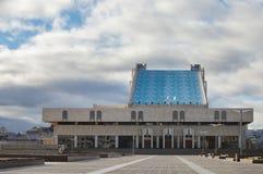 КАЗАНЬ, РОССИЯ - 5-ОЕ НОЯБРЯ 2018: Театр Tatarian академичный квадрата Kamal и Kamal взгляд фронта - панель стоковые фото