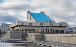 КАЗАНЬ, РОССИЯ - 5-ОЕ НОЯБРЯ 2018: Театр Tatarian академичный квадрата Kamal и Kamal, театра был построен в 1987 стоковая фотография
