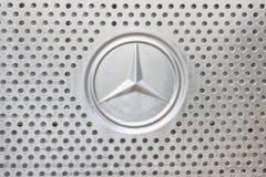 Казань, Россия - 28-ое октября 2017: Логотип Benz Мерседес на клобуке тележки конструкции Стоковые Изображения