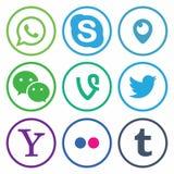 КАЗАНЬ; РОССИЯ - 26-ое октября; 2017: Собрание популярных социальных логотипов средств массовой информации напечатанных на бумаге иллюстрация вектора