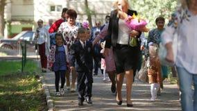 Казань, Россия, 1-ое сентября 2017: Мальчики и девушки и они родители - дети с днем цветков вначале школы сток-видео