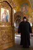 Казань, Россия, 9-ое февраля 2017, золотые куполы в монастыре Zilant - - монашка - будьте матерью Sergiya в православной церков ц Стоковое фото RF