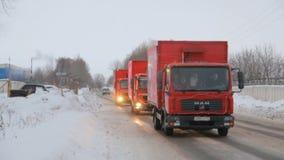 КАЗАНЬ, РОССИЯ - 23-ЬЕ ДЕКАБРЯ 2012: Праздничный караван рождества кока-колы перевозит управлять на грузовиках на улицах снега го
