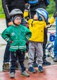 КАЗАХСТАН, АЛМА-АТА - 11-ОЕ ИЮНЯ 2017: Конкуренции ` s детей задействуя путешествуют de ребенк Дети постаретые 2 до 7 лет состяза Стоковое Изображение RF