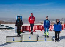 КАЗАХСТАН, АЛМА-АТА - 25-ОЕ ФЕВРАЛЯ 2018: Конкуренции беговых лыж дилетанта фестиваля 2018 лыжи ARBA участники Стоковое Фото