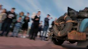 Казахстан, Kostanay, 2019-06-20, вновь собирается Пекин к Парижу Люди наблюдают движение редкого гоночного автомобиля сток-видео