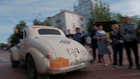 Казахстан, Kostanay, 2019-06-20, вновь собирается Пекин к Парижу Люди наблюдают движение редкой гоночной машины Шевроле акции видеоматериалы