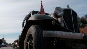 Казахстан, Kostanay, 2019-06-20, вновь собирается Пекин к Парижу Ретро автомобиль со швейцарским флагом на клобуке подготавливает сток-видео