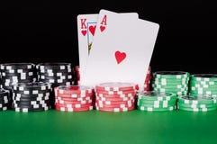 Казино короля, туза, черноты, красных и зеленых откалывает на таблице Стоковое Фото