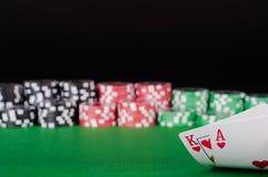 Казино короля, туза, черноты, красных и зеленых откалывает на таблице Стоковые Фотографии RF