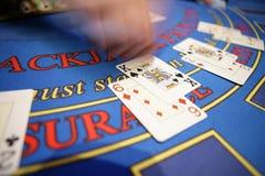 Казино руки карточки blured deler стоковые изображения rf