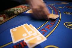 Казино руки карточки blured deler стоковое фото rf