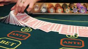 Казино: Торговец шаркает карточки покера сток-видео