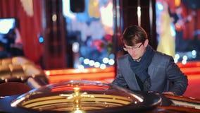 Казино: человек играя электронную рулетку видеоматериал