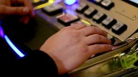 Казино: человек и женщина играя торговые автоматы Конец-вверх сток-видео
