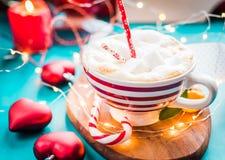 КАКАО в красном striped настроении рождества чашки, Новый Год РОЖДЕСТВА, праздники, рождество, Стоковое Изображение