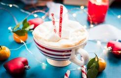 КАКАО в красном striped настроении рождества чашки, Новый Год РОЖДЕСТВА, праздники, рождество, Стоковая Фотография RF