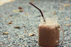 Какао в стеклах на предпосылке утесов Стоковые Изображения RF