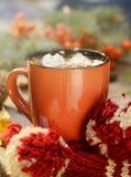 Какао или чашка кофе с вкусными зефирами, ветвью ели и красными ягодами дерева рябины Натюрморт на старое деревенском Стоковые Изображения