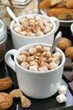 Какао с зефирами и печеньями, вертикальными Стоковое Фото