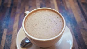 Какао с молоком на таблице сток-видео